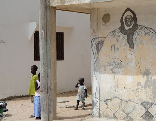 Photo of children outside of a Senegalese residence.